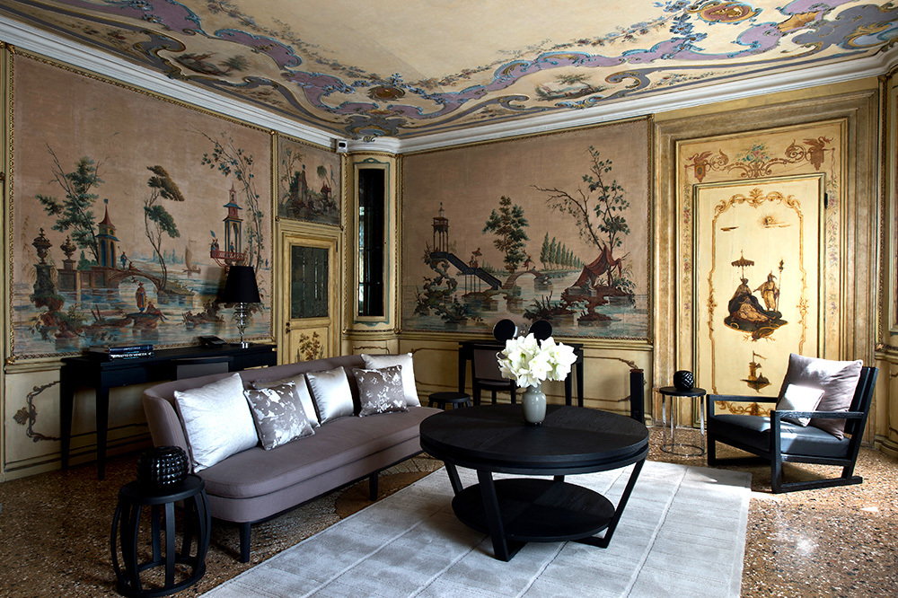 The living room of the Alcovo Tiepolo Suite at Aman Venice in Venice, Italy