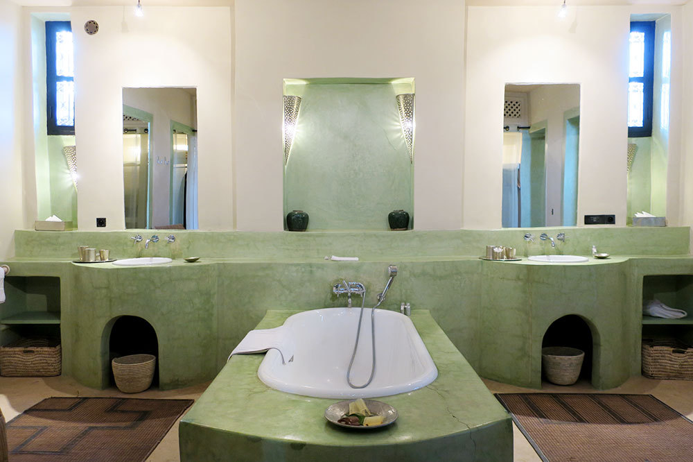 The bath of the Superior Suite at Dar Ahlam in Skoura, Morocco