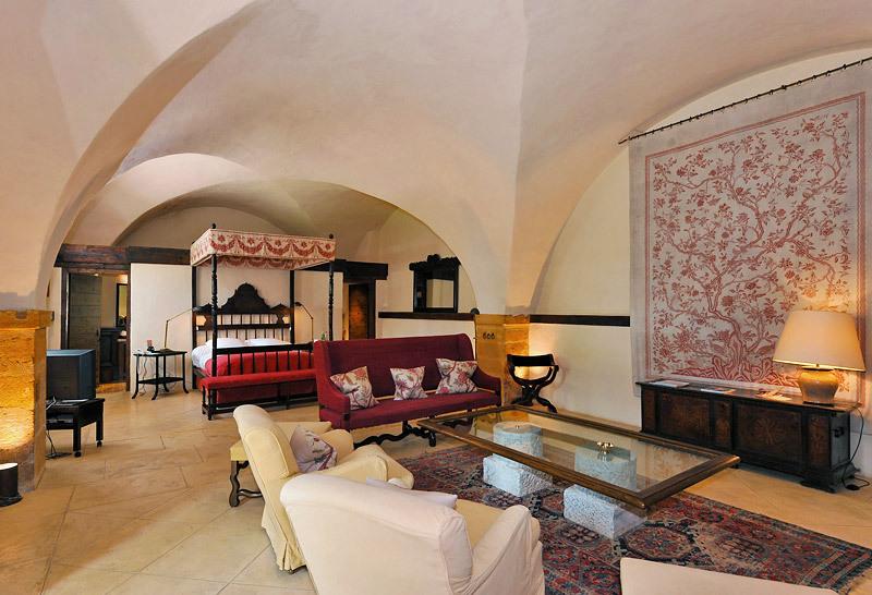 ch teau de bagnols beaujolais medieval ch teau hotel. Black Bedroom Furniture Sets. Home Design Ideas